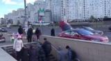 У Києві помітили дідуся на Tesla, який продавав мед у метро